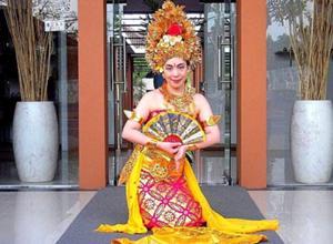 バリ民族衣装を着て写真撮影