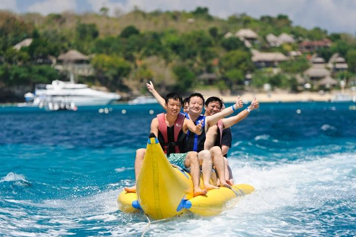 バナナボートで水の上を走り抜ける快感と喜びを味わってみませんか。爆笑間違いなしです!
