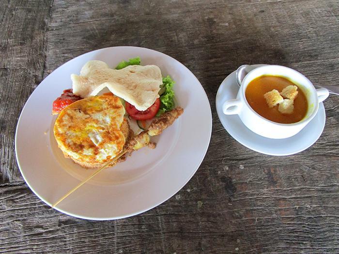 エレファントキャンプにてランチ、インドネシア料理やインターナショナル料理からメニューが選べます
