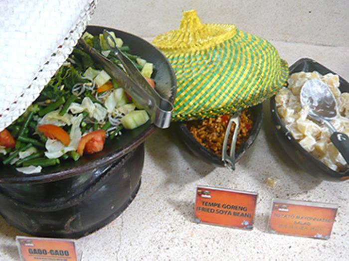 サラダ、メインディッシュ、スープやデザートまで用意されてます。インドネシア料理のビュッフェランチを楽しみましょう.