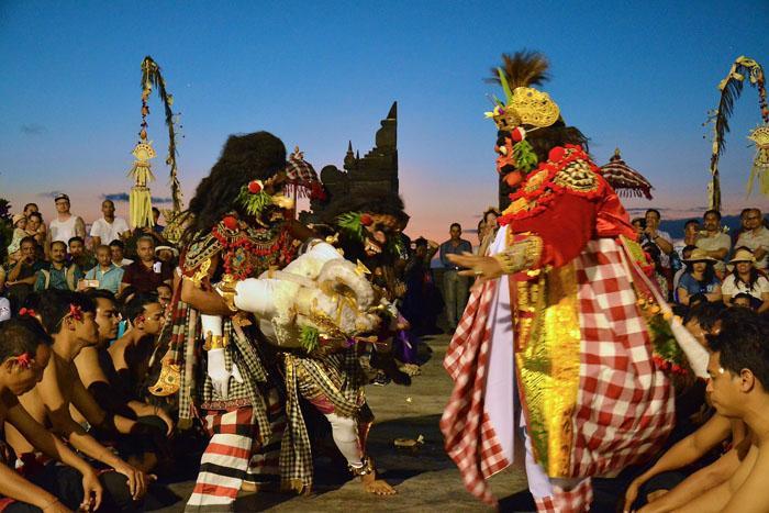 バリ舞踊では、少女が煌びやかに舞うレゴンダンスと共に人気のケチャックダンス。