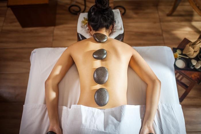 温めた玄武岩を使ったストーンマッサージは身体を芯まで癒す温かさ。