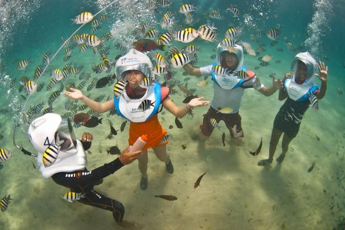 シーヘルメットをかぶって海中を歩き回る人気のアクアノット。(有料アクティビティ)