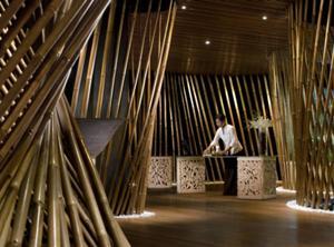 インドネシアのバンブーでデザインされた異空間。まるで竹やぶの中にいるような錯覚を感じます。