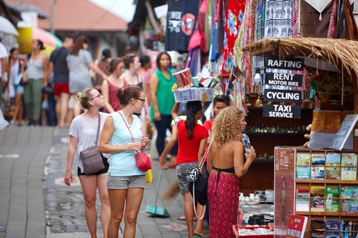 世界中の観光客で賑わう、ウブド市場周辺。