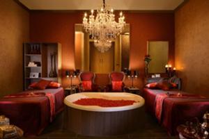大きなシャンデリアのある、 優美で高級感あふれるダブルト リートメントルーム。<イソラルーム>