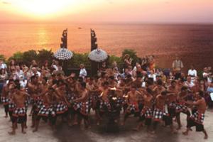 インド洋に夕日が沈む、バリ島の最南端ウルワツ