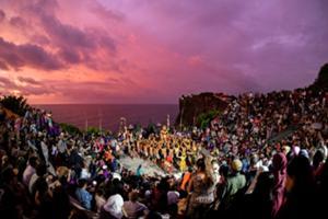 バリ島最南端ウルワツ、インド洋に沈む夕日、海の絶景です。