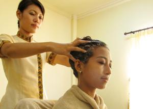 頭皮をマッサージしながら毛穴の汚れを取り除き、ツボを刺激する事で頭皮の血行を促進します。