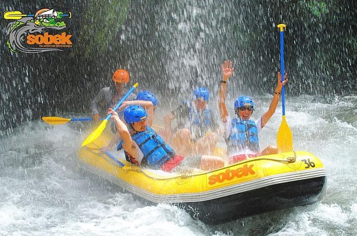 川にせり出した木々や流れ落ちる大小様々の滝の中を澄んだ水しぶきを浴びながら滑るように下ります。