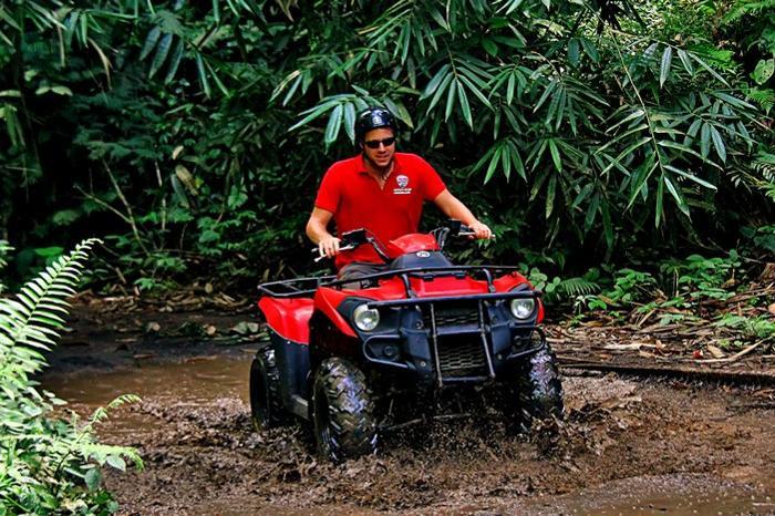 ATVの車種は2種類、クアッドとバギーのどちらかをお選び下さい。写真はクアッド。