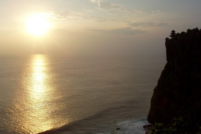 「ウルワツ」とは岬という意味。断崖絶壁にインド洋の荒波が打ち寄せます。