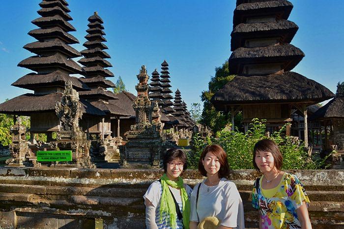 タマンアユン寺院の境内には真っ黒な10基ものメル(塔)が建てられています。