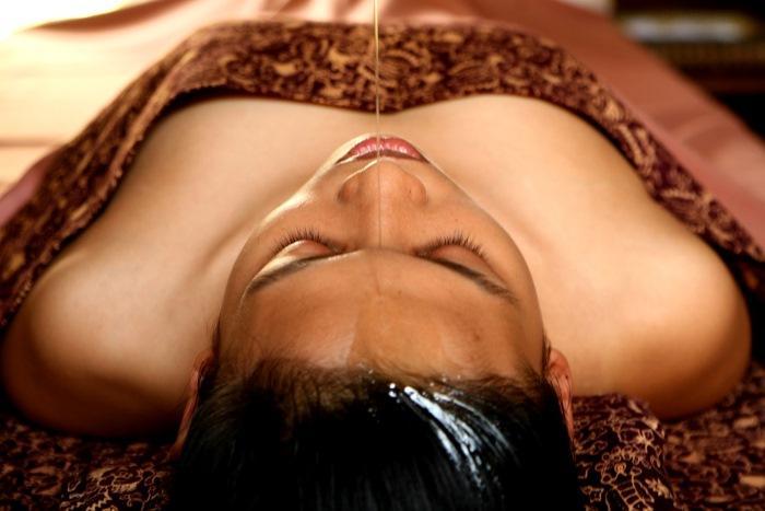 温めたオイルを第三の目といわれる額からゆっくりと流し、心身のバランスを整えます。
