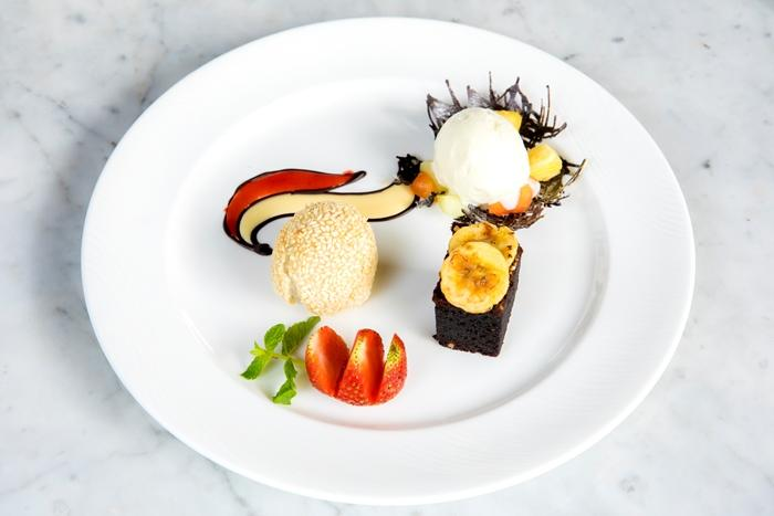 ナッツチョコレートケーキとオンデオンデ(もち米のお菓子)(イメージ)