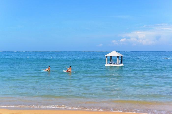 サヌールにあるプリサントリアン前のビーチでシーウォーカーを行います。