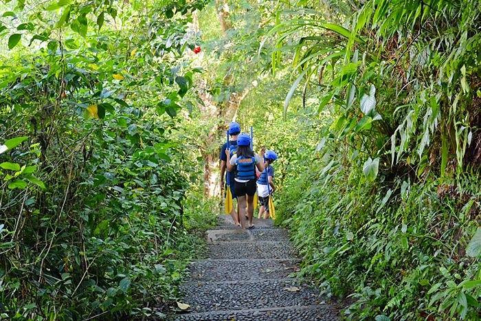 渓谷を流れるアユン川のボート乗り場まで、何百段もある階段を下っていきます。