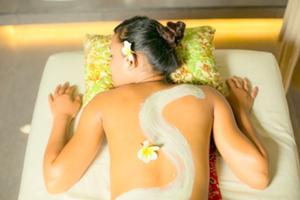 インドネシアの伝統 的な美容法、ルルール(ボディスクラブ)で、古い角質をやさしく除去