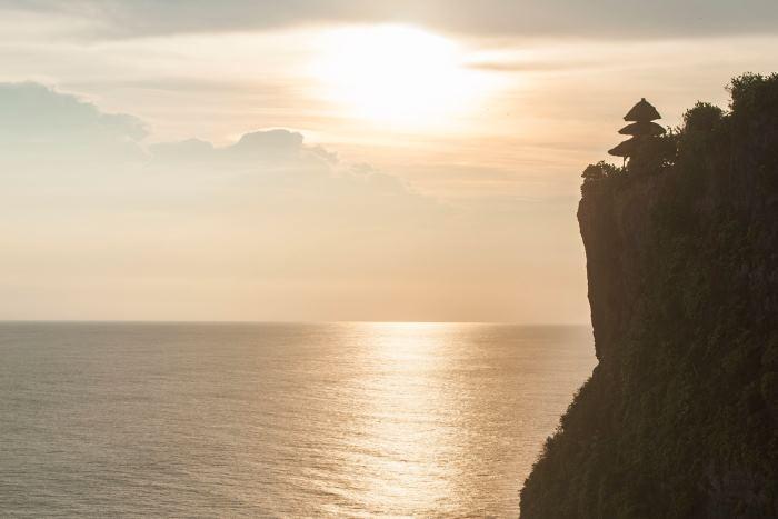 インド洋の荒波が断崖に打ち寄せる迫力ある景色