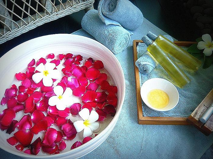 フランジパニの花の香りが香るフットバスに足を浸せば、ストレスは 過去のもの。