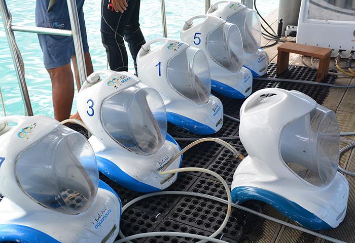 アクアノット専用のシーヘルメット。繋がっているホースから酸素が送られてくる仕組みです。