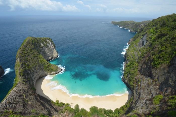 """白い砂浜と青い海のコントラストが 印象的な""""クリンキンビーチ"""" ユ ニークな形状、高度感もあって圧倒 されること間違いなし!"""