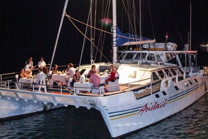 1日最大14名様までが乗船するプライベート感ある大人のクルーズ。