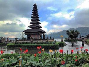 湖に浮かぶ神秘のウルンダヌブラタン寺院