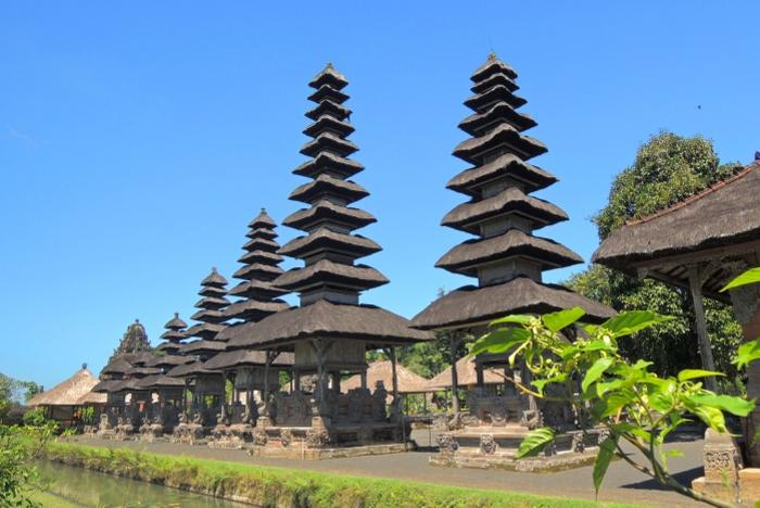 タマンアユン寺院、メルはアグン山を模した塔ともいわれ、黒く空へ向かって建っています。