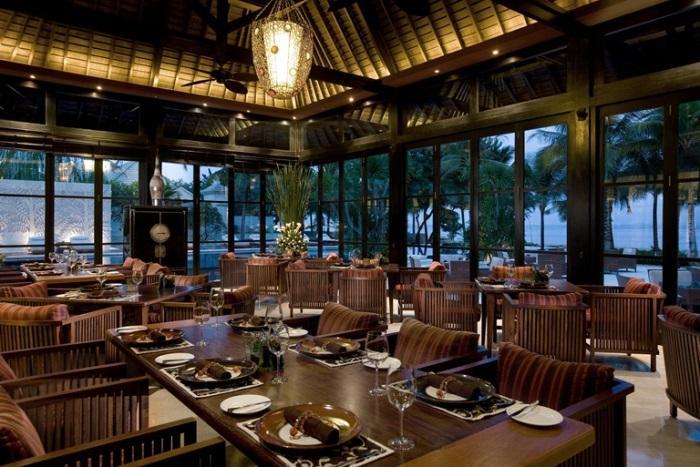 ディナーはロマンティックなオーシャンビューレストラン