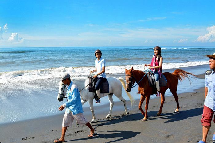 潮風とバリの自然を 感じながら砂浜でのホースライディングは気分爽快。