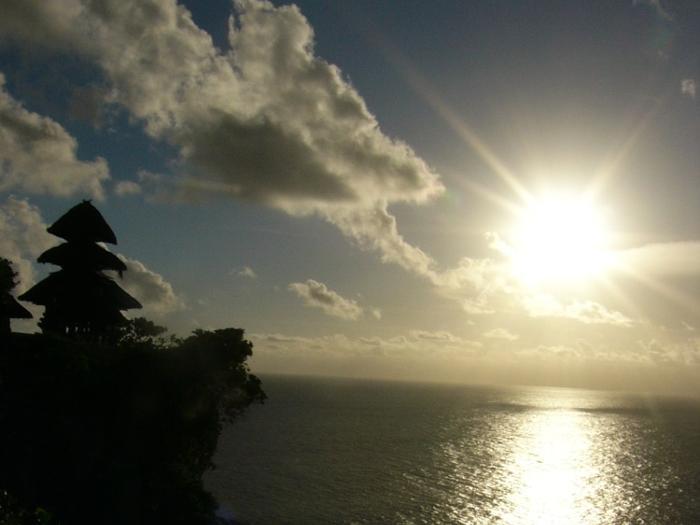 断崖絶壁にインド洋の荒波が打ち寄せます。