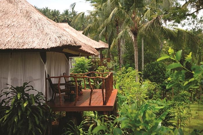 藁葺の屋根、木の床、柔らかい布、全てがナチュラル。