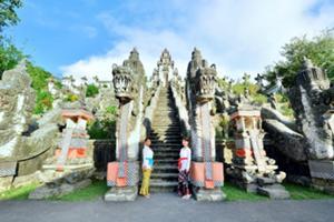 朝日観賞後にランプヤン寺院 にてバリ式の参拝