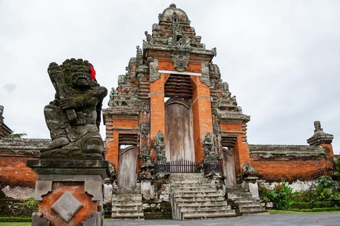 メングイ王国により1634年に建てられた、バリ島で2番目に大きなタマンアユン寺院