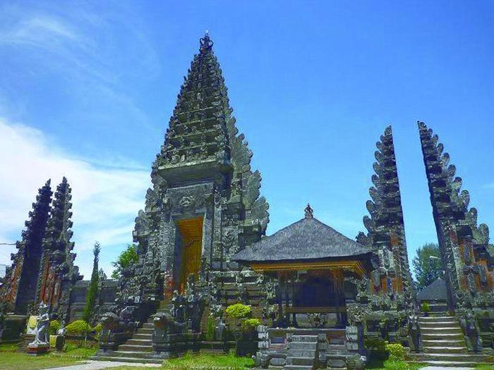 空に向かい、天高くそびえたつ姿が美しいスケールの大きな寺院、ウルンダヌバトゥール寺院