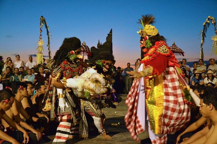 姫、王子、魔王、猿の将軍、鳥の王者等の登場人物が入れ替わり立ち代わりラマヤナ物語を演じます。