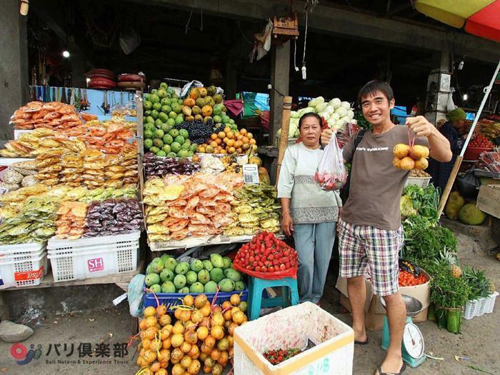 地元名産のフルーツや野菜が多く売られている、ブドゥグル市場に立ち寄る