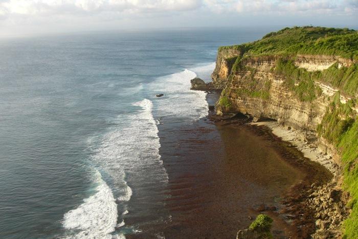 ウルワツの断崖絶壁にインド洋の荒波が打ち寄せます