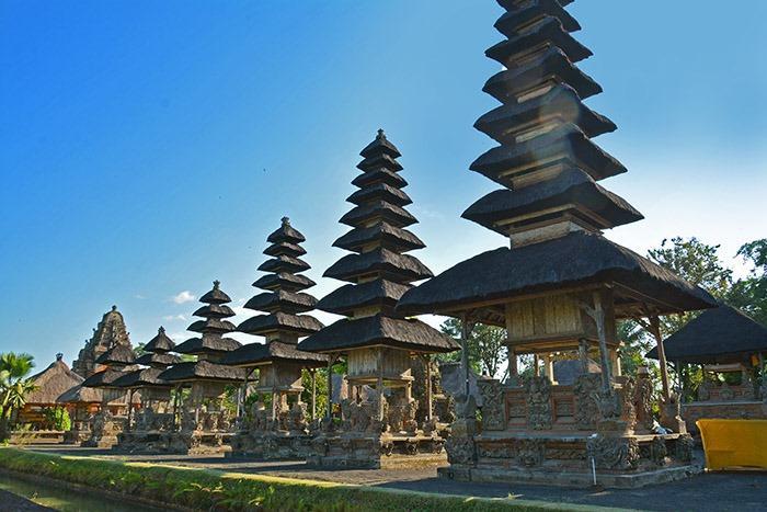 タマンアユン寺院。メルはアグン山を模した塔ともいわれ、黒く空へ向かって建っています。