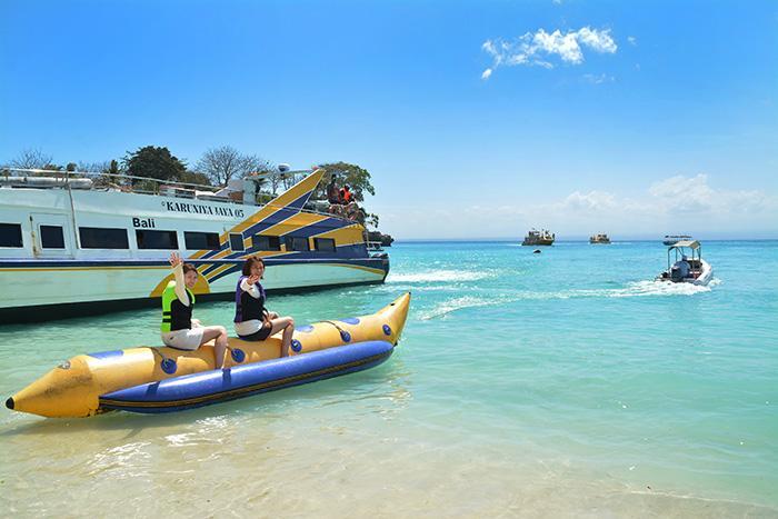 バナナボートで水の上を走り抜けよう。爆笑間違いなしです!