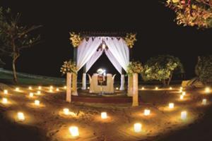 波打ち際のテントでエレガントな7コースのロマンティックディナーをお楽しみください。