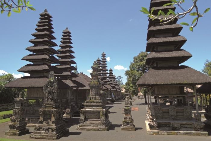 タマンアユンのメルはアグン山を模した塔ともいわれ、黒く空へ向かって建っています。