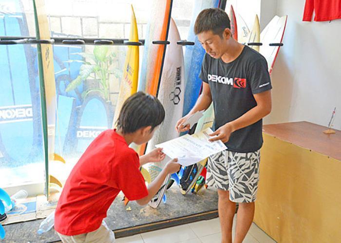 スクール終了後、デコムのサーフィンスクール修了証をお渡しします!