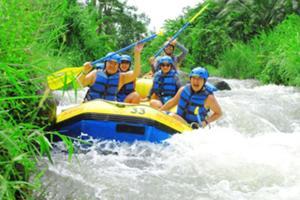 バリ島の最高峰アグン山の清流トラガワジャ川でスリル満点のラフティングを楽しもう。