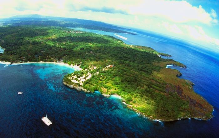 バリ島の沖に浮かぶ小さな小さな島、レンボンガン島。ガラスのような透明度の高い海が待っています。