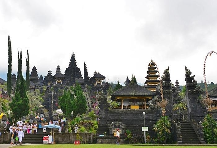 聖なるアグン山と共に暮らすバリの人々の心が向かうブサキ寺院。