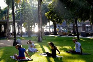 サヌールのオンザビーチのホテル、セガラビレッジでの朝ヨガ!