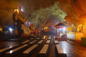 巨大洞窟内のギリプトゥリ寺院を拝観