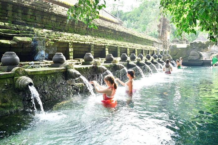 聖なる泉の湧く寺院、ティルタエンプル。